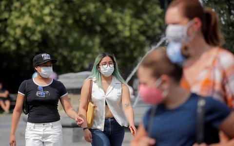 EUA voltam a indicar máscara para vacinados em locais fechados
