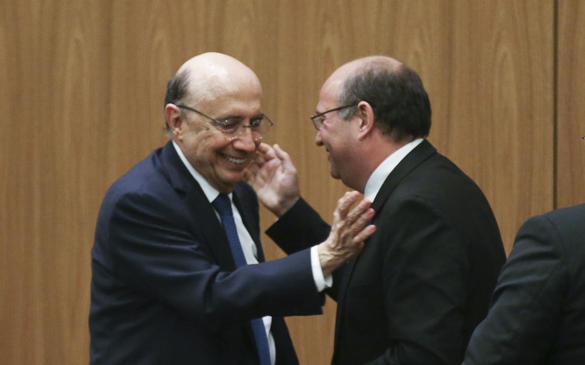 Ministro da Fazenda, Henrique Meirelles, cumprimenta presidente do Banco Central, Ilan Goldfajn