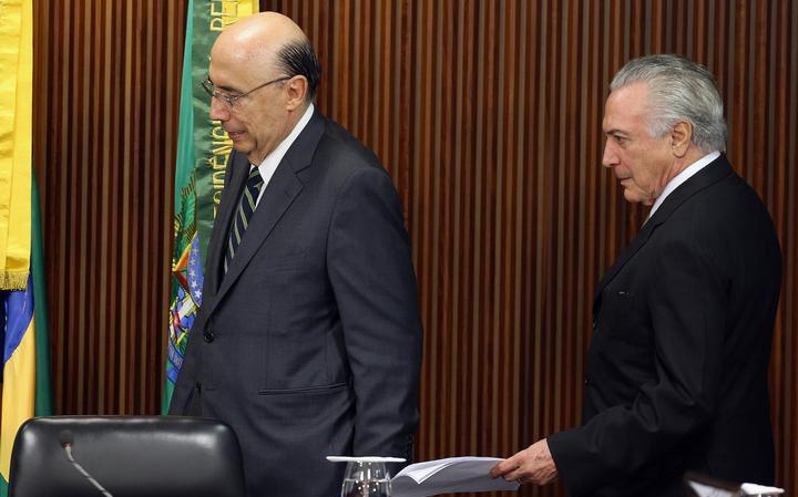 Ministro da Fazenda e presidente interino chegam à coletiva de imprensa após reunião de ministros que definiram próximos passos da economia no Brasil
