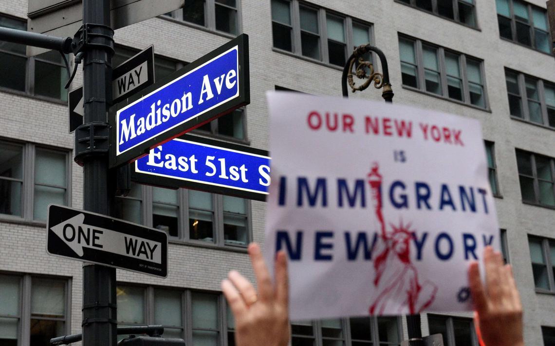 Cartaz em Nova York defende a imigração nos Estados Unidos