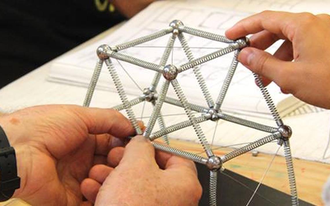 Peças em metal e imã permitem que sejam criadas diferentes estruturas, numa espécie de 'Lego'