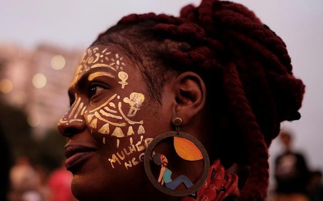 Mulher negra participa de protesto contra racismo e machismo em São Paulo.