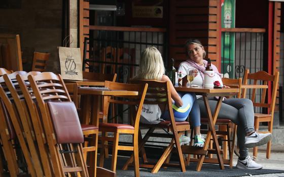 Por que bares são lugares ideais para espalhar covid-19