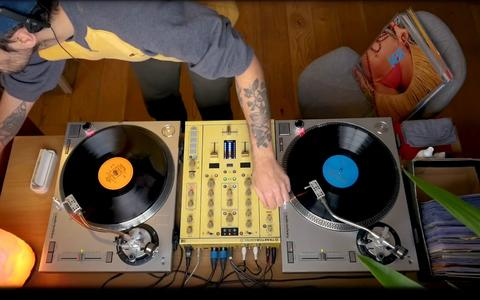 O DJ que toca raridades na vitrola em seu canal de YouTube