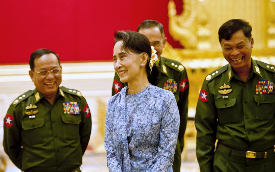 Aung San Suu Kyi no palácio presidencial