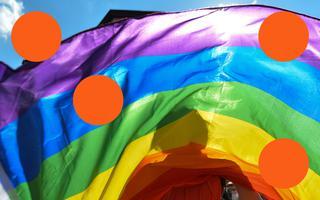 Bandeira do arco-íris. Atrás do tecido, vê-se a sombra de uma pessoa. Há ilustrações de círculos laranjas sobre a foto.