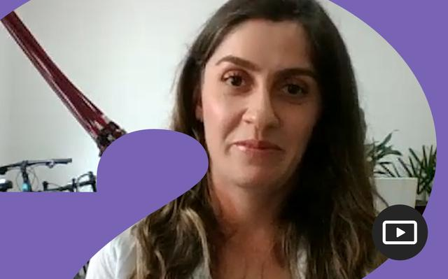 Kaline de Mello em entrevista feita em vídeo. Em volta da foto, há uma moldura roxa.