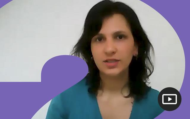 Raísa Vieira em entrevista feita em vídeo. Em volta da foto, há uma moldura roxa.