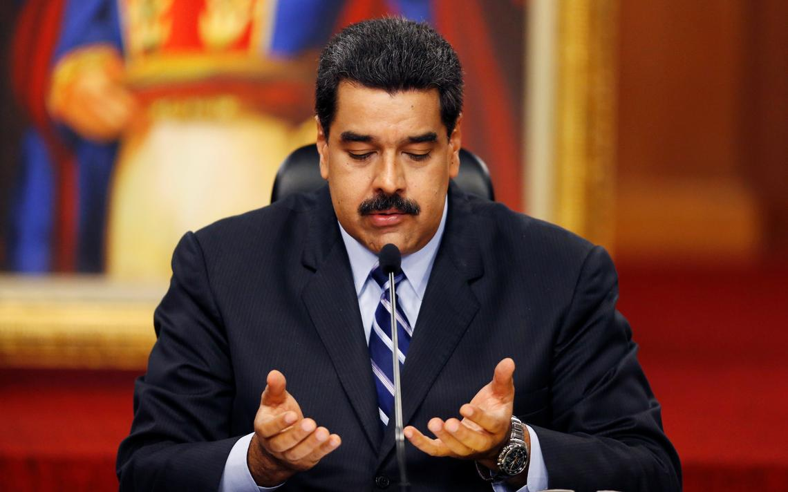 Nicolas Maduro gesticula enquanto fala com a imprensa no Palácio de Miraflores, na capital da Venezuela