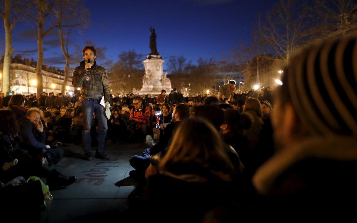 Participante do movimento Nuit Debout fala durante ocupação da Praça da República, em Paris