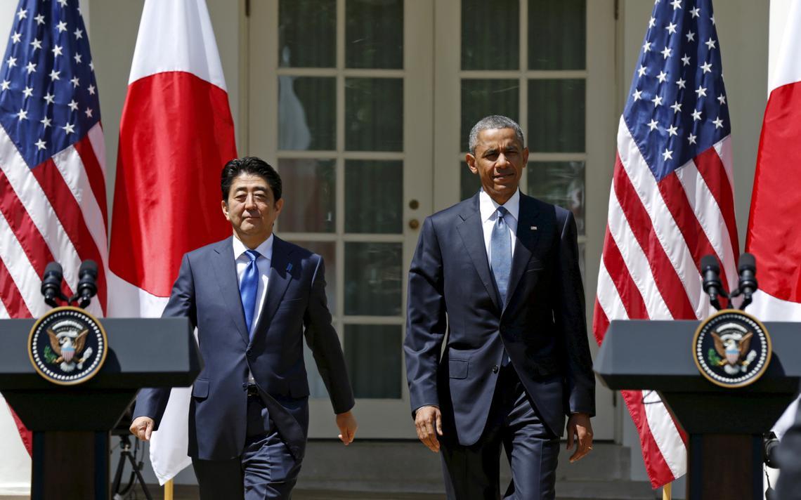 Shinzo Abe, ministro japonês, e Barack Obama caminham juntos na Casa Branca