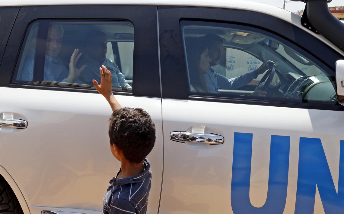 Criança morando em campo de refugiados no Líbano dá tchau para chefe de ajuda humanitária das Nações Unidas