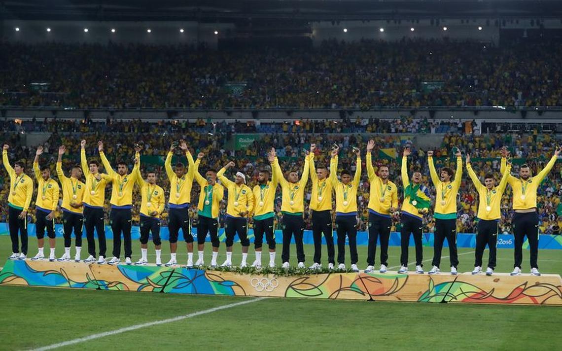 Jogadores da seleção olímpica de futebol comemoram a medalha de ouro no Maracanã