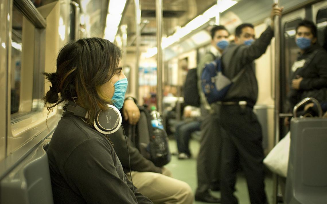 Máscaras contra gripe em metrô do México
