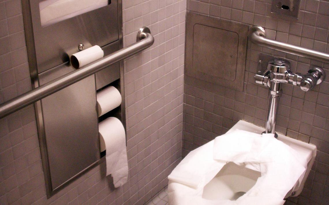 Vaso está, sim, repleto de microorganismos. Mas tanto quanto outras superfícies do banheiro, como a válvula da descarga