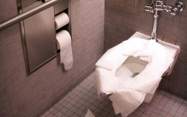 Resultado de imagem para banheiro público doencas