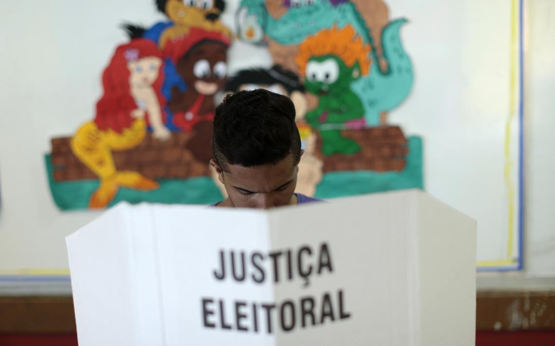 Homem vota no 2º turno das eleições de 2014