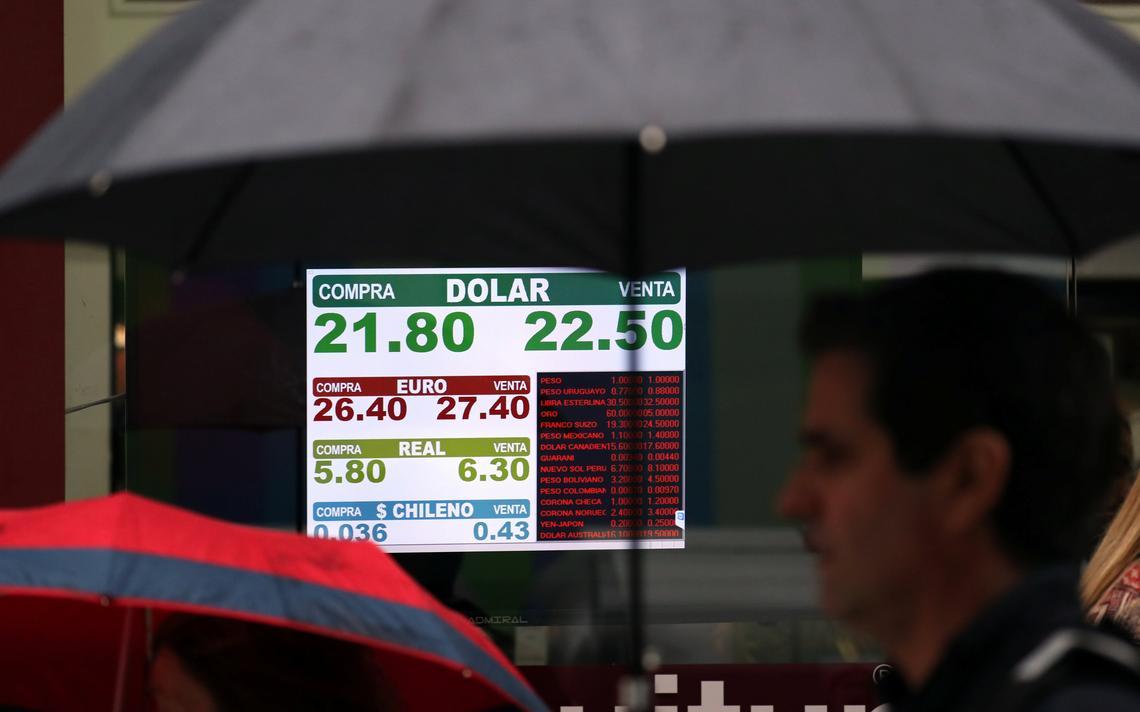 Painel eletrônico mostra cotações de moedas estrangeiras no centro de Buenos Aires