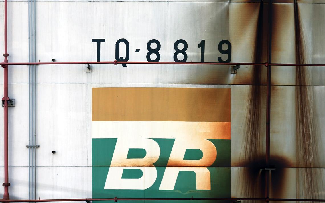 Logo da estatal de petróleo em tanque