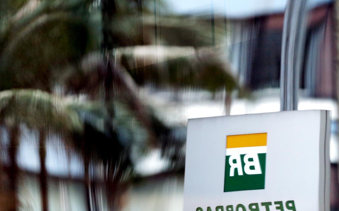 Placa da Petrobras vista em reflexo em São Paulo
