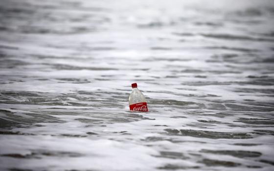 A previsão de aumento do lixo plástico no mar. E seus impactos