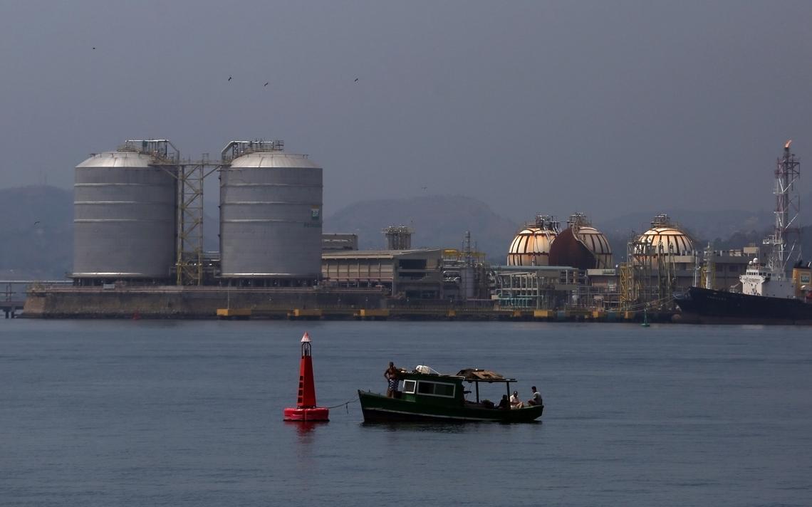 Estação de abastecimento da Petrobras na baía de Guanabara, no Rio