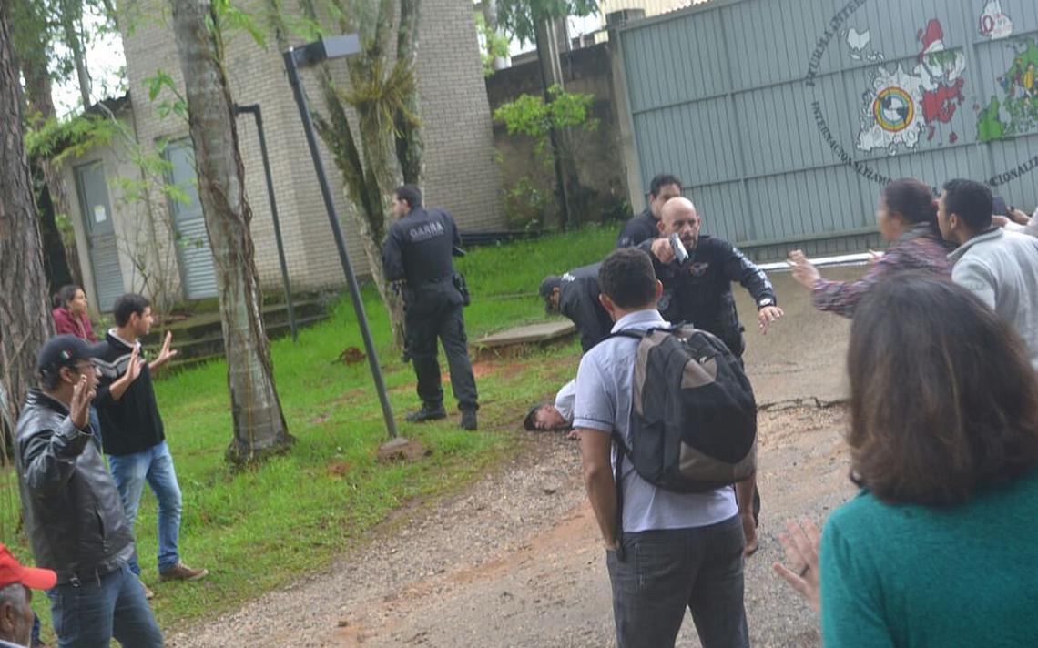Polícia Civil na escola Florestan Fernandes, em Guararema (SP)