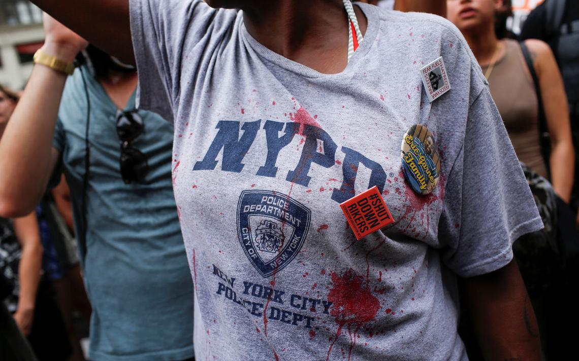 Manifestante denuncia os assassinatos policiais em protesto nos EUA