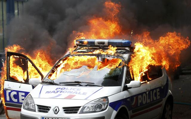 Manifestantes na França ateiam fogo a carro policial durante protesto