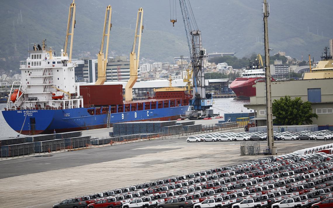 Automóveis em exportação esperam para embarcar em porto do Rio de Janeiro