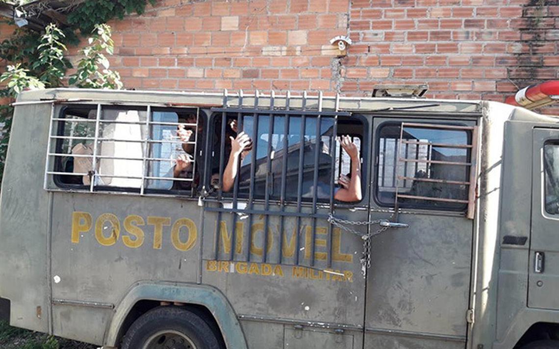Presos detidos em camburão, em São Leopoldo