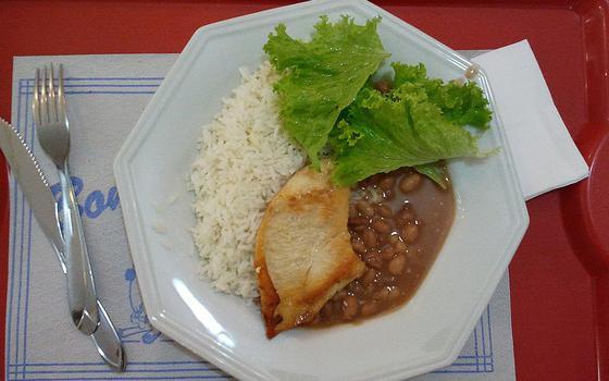 Prato com arroz, feijão, alface e filé de frango grelhado