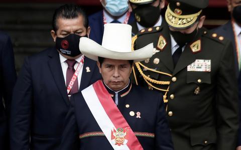Castillo toma posse no Peru e defende nova Constituição