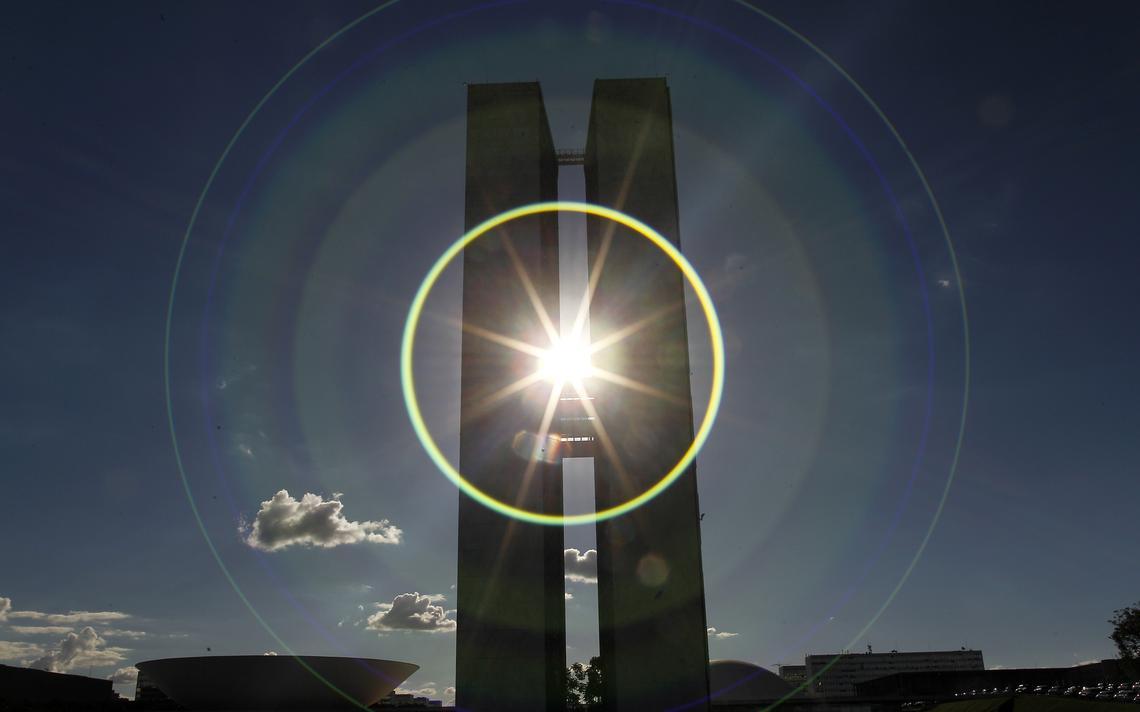 Prédio do Congresso Nacional fotografado contra o sol