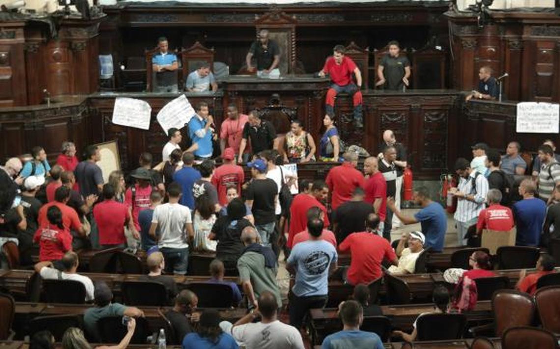Servidores públicos estaduais protestam na Assembleia Legislativa do Rio