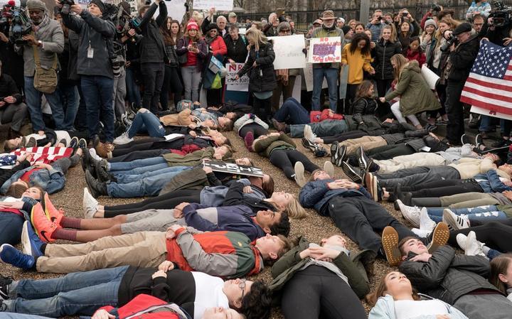 Estudantes protestam em frente à Casa Branca contra a lei sobre o porte de armas nos EUA, em fevereiro de 2018