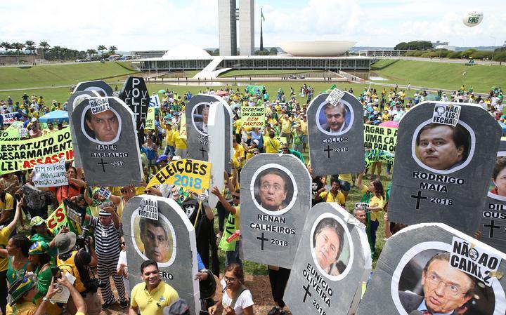 Cerca de 600 pessoas protestaram em frente ao Congresso, em Brasília
