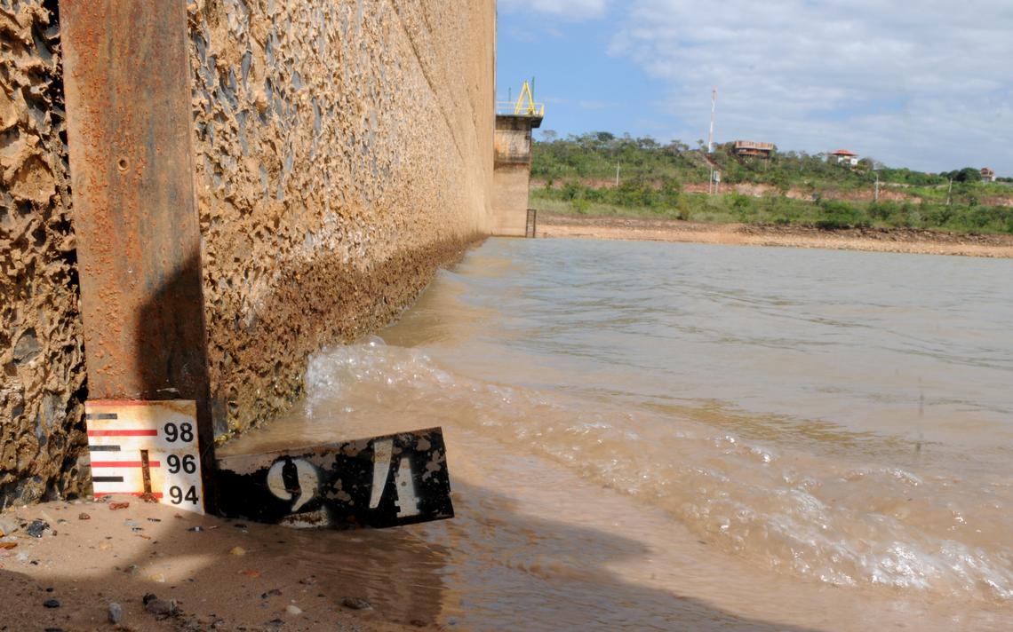 Medição do nível do reservatório do Descoberto, que abastece 65% de Brasília