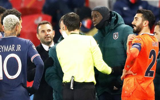As reações ao racismo no futebol até dois times deixarem o campo