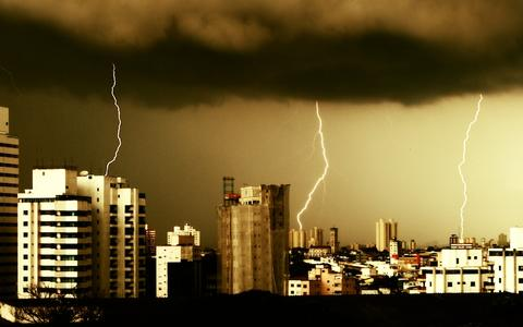 Começou o verão - e com ele a alta temporada de raios no Brasil