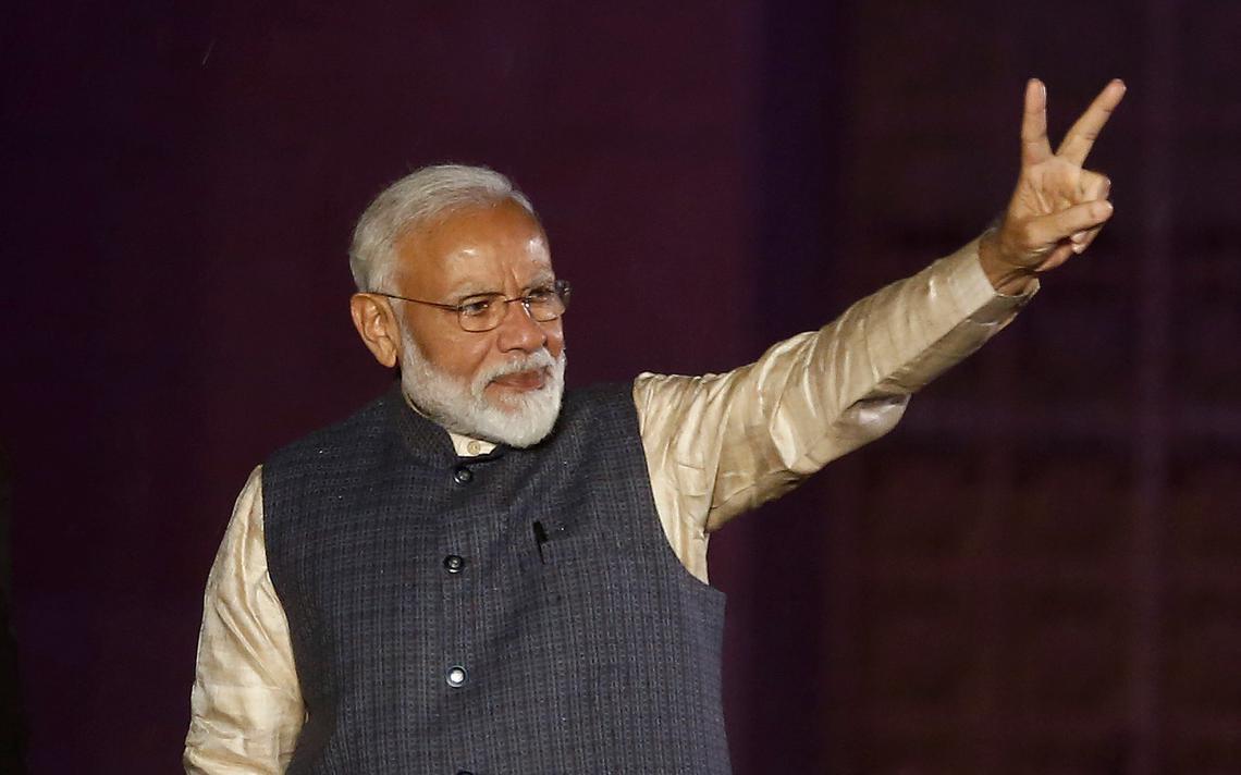 Modi acena a apoiadores após conhecer o resultado das eleições, em Nova Déli