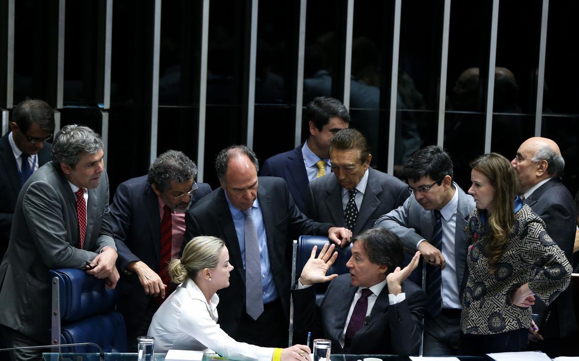 Senadores conversam com presidente Eunício Oliveira durante votação do Refis