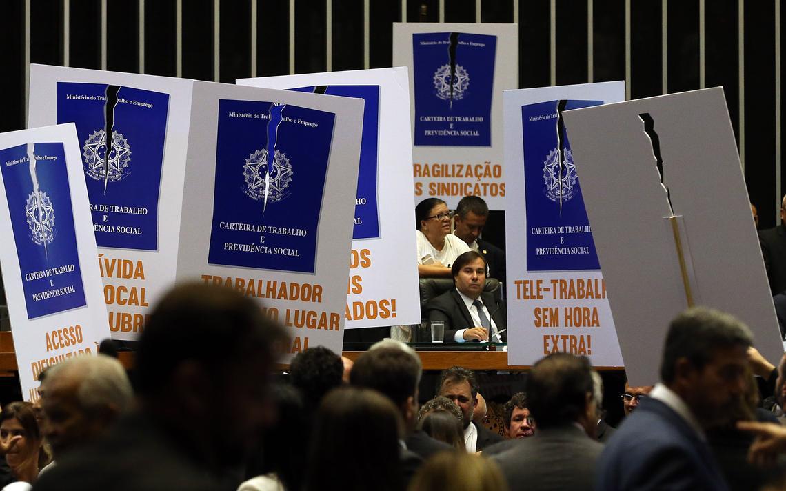 Deputados da oposição protestam contra a reforma trabalhista no Plenário da Câmara