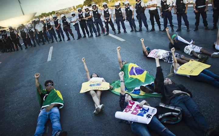 Manifestantes erguem seus punhos durante ato em Brasília, em 2013