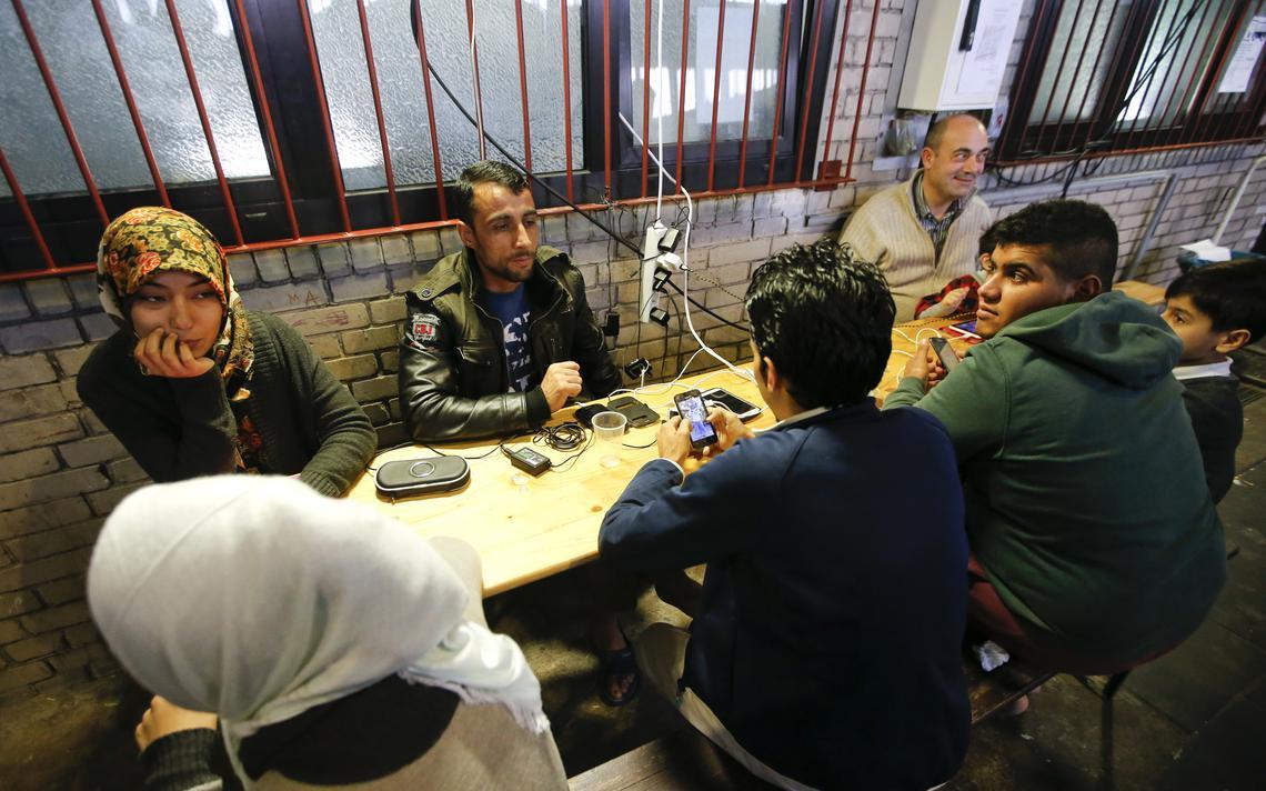 Smartphones são uma das formas de imigrantes e refugiados se adaptarem a novos países