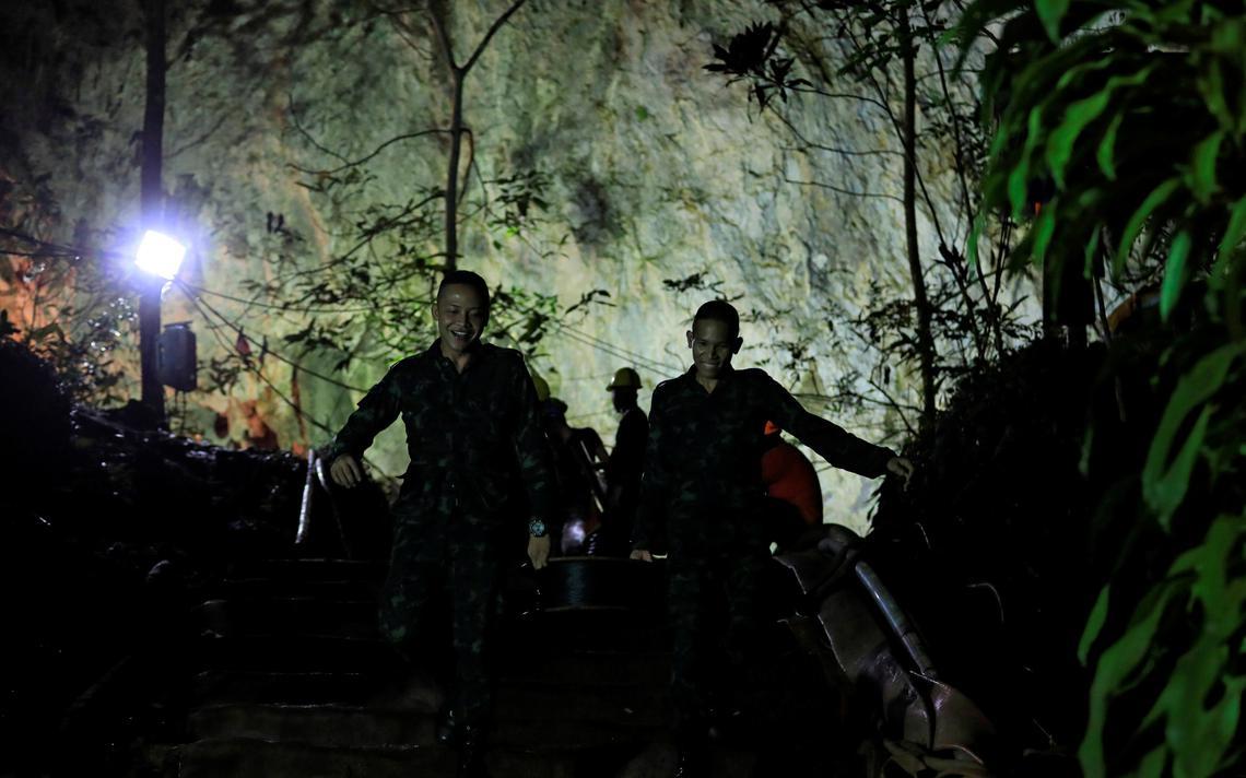 Soldados recolhem equipamentos após o resgate de 12 crianças e seu técnico em Tham Luang, província ao norte da Tailândia