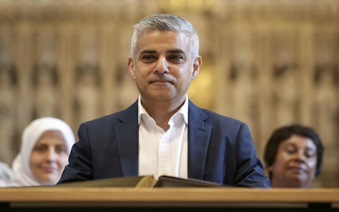Sadiq Khan em cerimônia de assinatura como novo prefeito de Londres