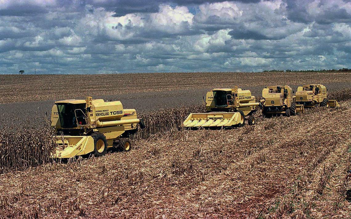 Maquinário agrícola faz a colheita de grãos