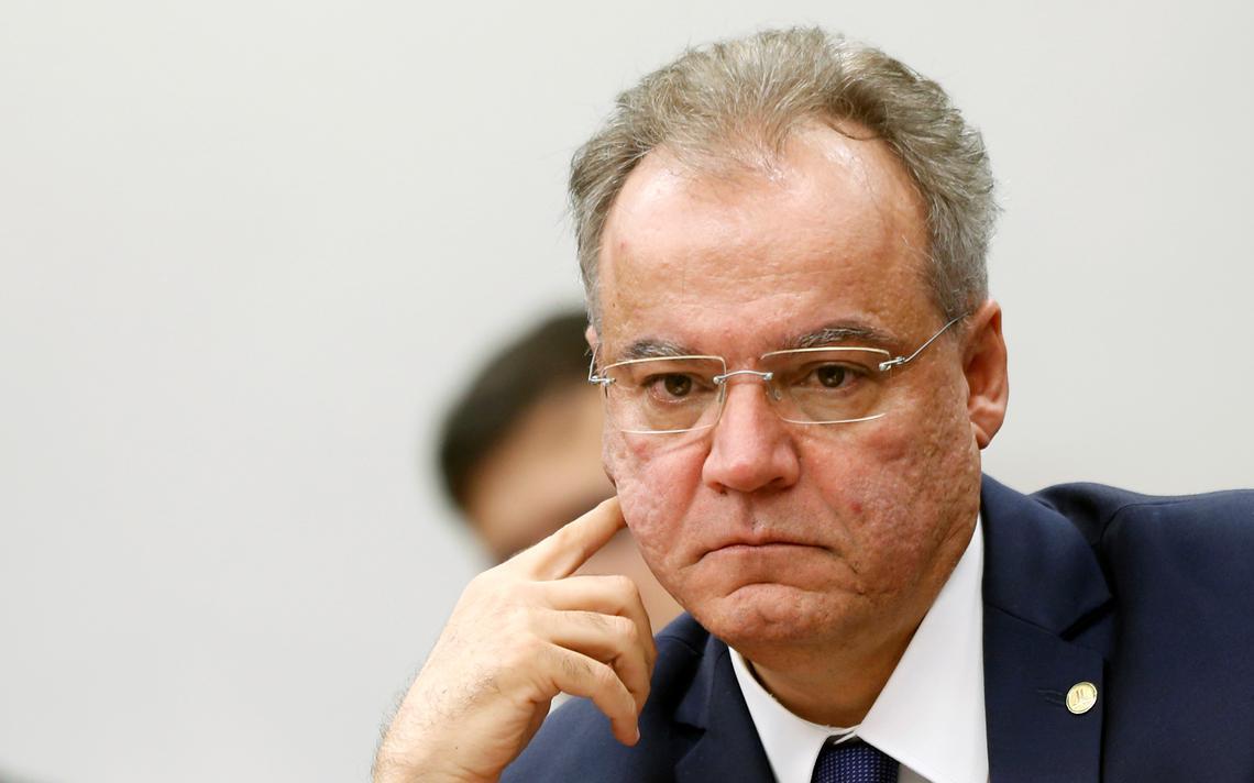 Relator da reforma na comissão especial, Samuel Moreira negocia com outros deputados sobre servidores