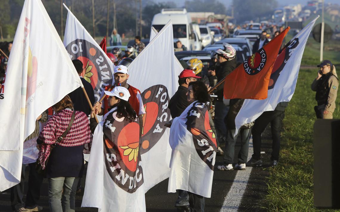 Integrantes da Força Sindical fecham estrada durante manifestação no Rio Grande do Sul